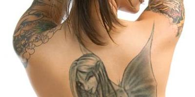 Создание татуировки на теле, фотография